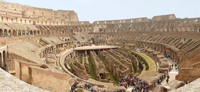 Koloseum - ruiny widowni i areny