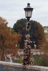 Łańcuchy miłości na moście Milvio w Rzymie