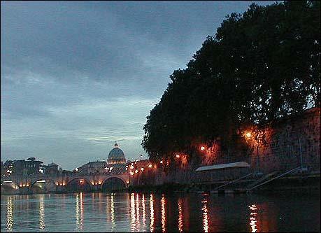 Tyber nocą z bazyliką św.Piotra w tle